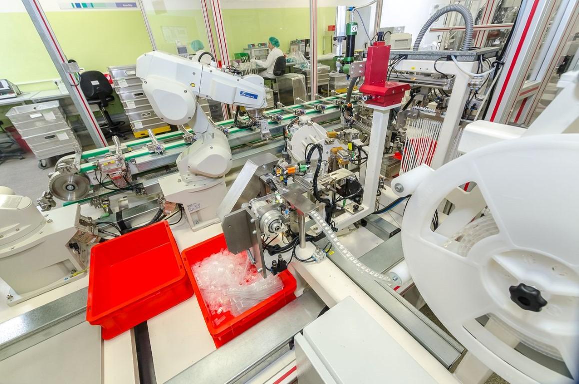 Robot wykorzystywany w procesie precyzyjnego lutowania.