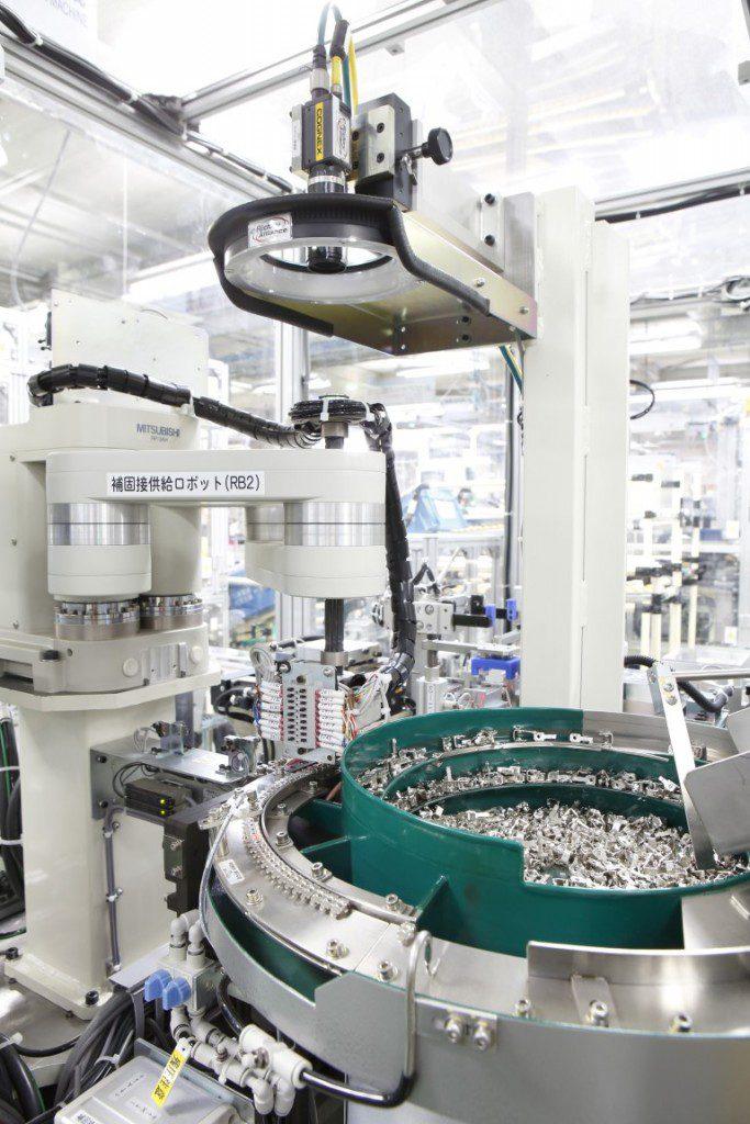 Szczegóły linii produkcyjnych w zakładzie w Kani – instalacja tradycyjna oraz nowe, zrobotyzowane stanowiska produkcyjne.